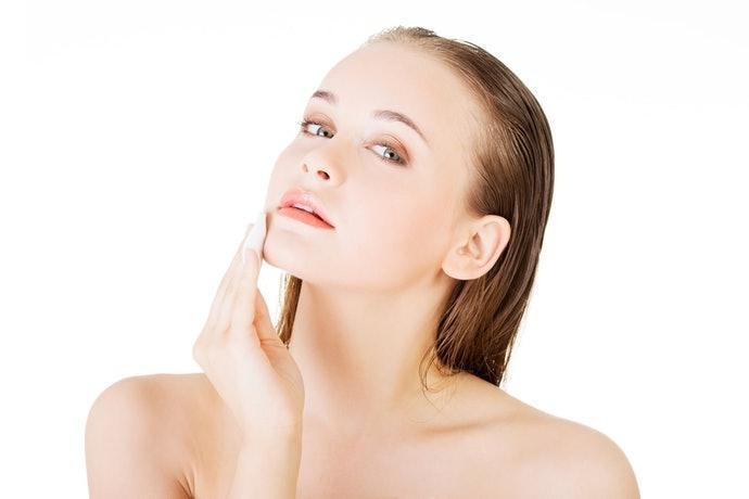 ใช้น้ำตบด้วยการลูบลงไปบนผิวหน้าเบา ๆ ไม่ใช้การถู หรือตบแรง ๆ