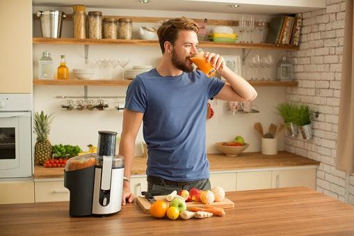 ตรวจสอบปริมาณของโถแยกกากหรือโถใส่น้ำผักและผลไม้ของเครื่องสกัดน้ำผักและผลไม้