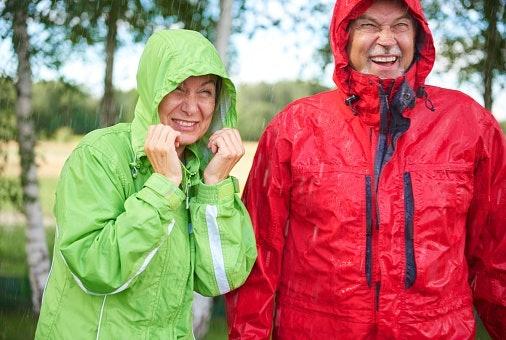 เลือกชุดกันฝนที่รับมือในวันที่ฝนตกหนักได้