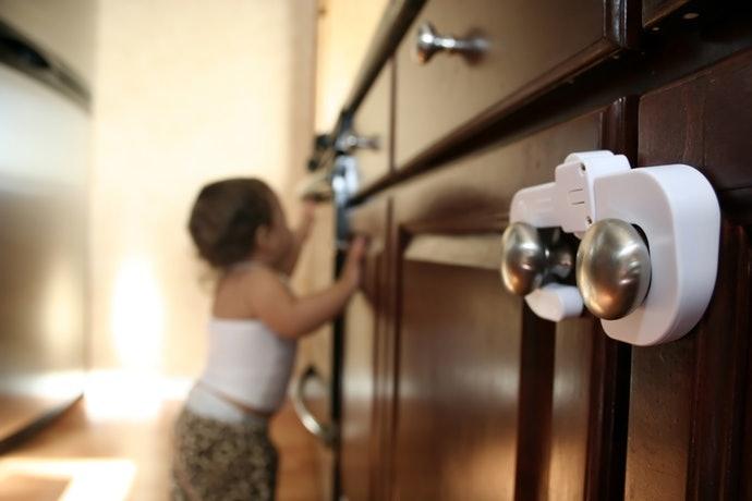 """แนะนำให้ใช้ """"ตัวล็อกแบบเกี่ยว"""" สำหรับประตูบานคู่"""