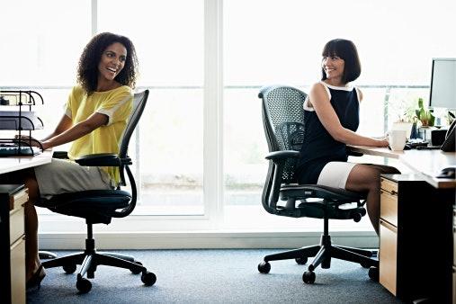 ตรวจสอบฐานและลูกล้อของเก้าอี้สำนักงาน