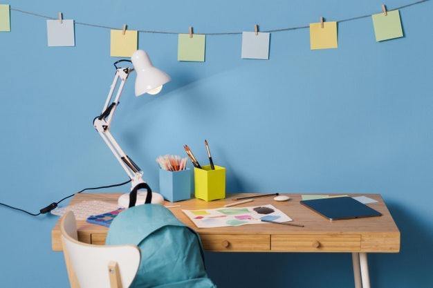 เลือกโต๊ะเขียนหนังสือเด็กแบบที่มีลิ้นชักหรือช่องเก็บของ