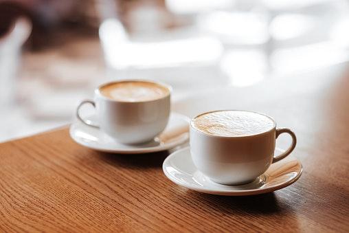 เลือกถ้วยกาแฟแบบมีด้ามจับหรือไม่มีด้ามจับ