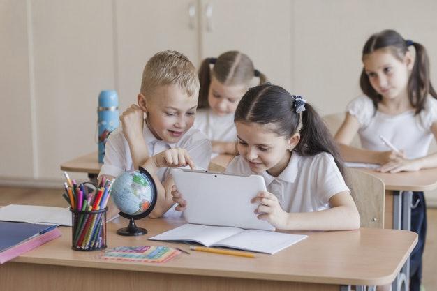 เลือกโต๊ะเขียนหนังสือที่สูงพอดีกับส่วนสูงของเด็ก