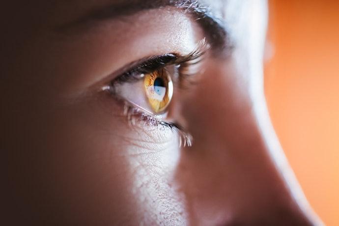 ไขมันที่ปกป้องนัยน์ตาถูกขับออกมา