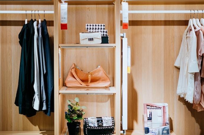 ตรวจสอบลิ้นชักและพื้นที่จัดเก็บด้านในตู้เสื้อผ้า