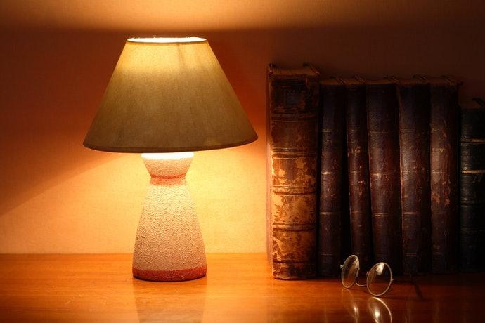เลือกโคมไฟตั้งโต๊ะจากฟังก์ชันในการเพิ่ม - ลดแสง