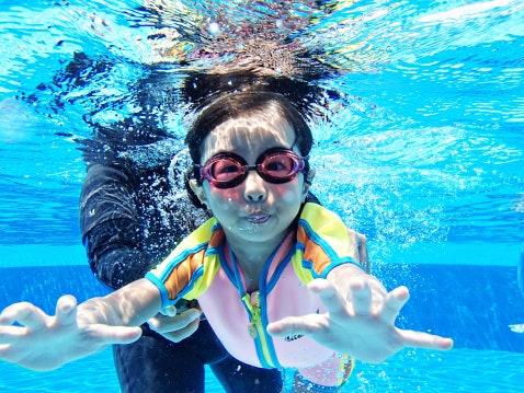 เลือกชุดว่ายน้ำเด็กที่สวมใส่และถอดออกได้ง่าย