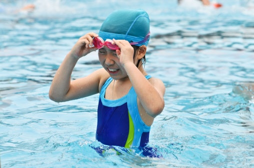เลือกชุดว่ายน้ำเด็กที่มีขนาดใหญ่กว่าหนึ่งไซซ์