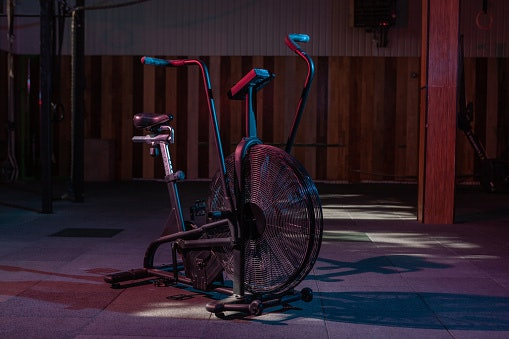 จักรยาน Air Bike คืออะไร ? แตกต่างจากจักรยานออกกำลังกายแบบอื่น เช่น Spin Bike อย่างไร ?
