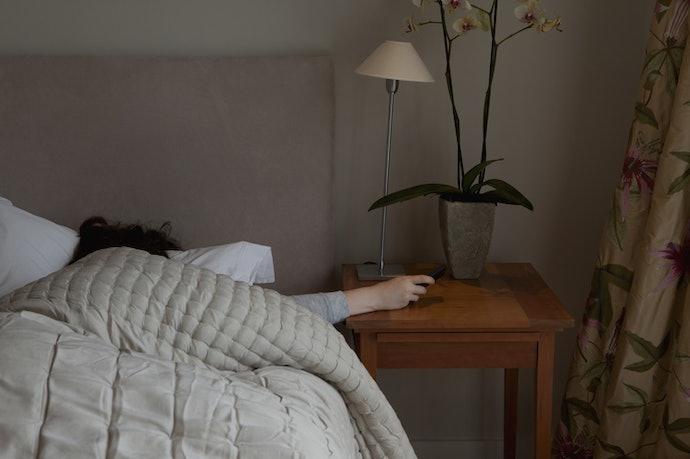 เลือกขนาดและความสูงของโต๊ะข้างเตียงที่เหมาะสม
