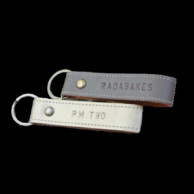 No Brand ของขวัญวันปัจฉิม พวงกุญแจตอกชื่อ หนัง PU 1