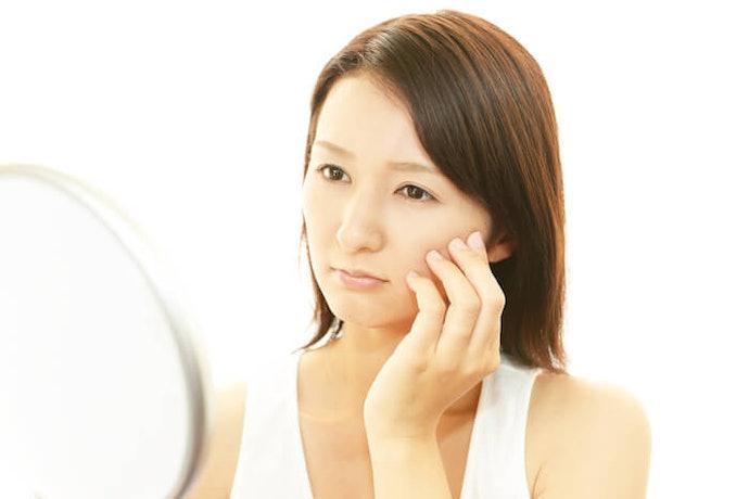 เลือกที่มีส่วนผสมของสารเร่งผลัดเซลล์ผิว (Exfoliation) เพื่อแก้ปัญหาผิวหมองคล้ำ