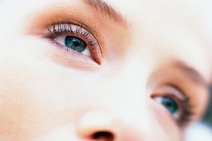 เลือกที่มีไวท์เทนนิ่งเพื่อแก้ปัญหาความหมองคล้ำรอบดวงตา