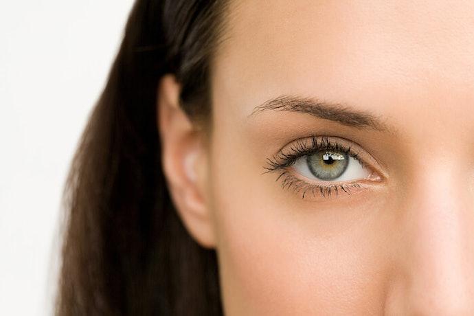 เลือกที่มีส่วนผสมที่ช่วยกระตุ้นการไหลเวียนโลหิตเพื่อแก้ขอบตาดำ