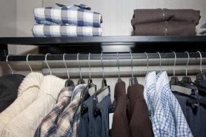 ราวแขวนแบบที่มีชั้นวางของ (Shelf) ช่วยเพิ่มความสามารถในการจัดเก็บเสื้อผ้า
