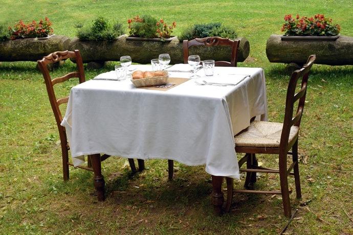 เลือกขนาดที่ใหญ่กว่าบนโต๊ะและพื้น ราว ๆ  50 – 60 ซม.