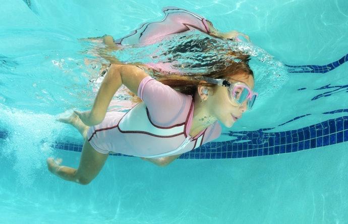 ทำไมจึงต้องใช้ที่อุดหูในขณะว่ายน้ำ?